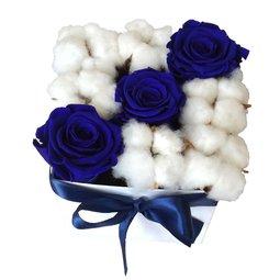 Trandafiri stabilizati albastri si flori de bumbac