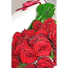 Red Naomi Roses Gift Box